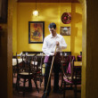 Man mopping restaurant floor — Stock fotografie