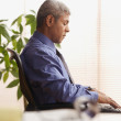 Mature businessman using a laptop — Stockfoto