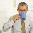 Бизнесмен, пить из чашки кофе — Стоковое фото