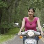女人骑踏板车 — 图库照片