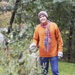 Man gardening outdoors — Stock Photo