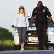 policía viendo joven entrar una línea recta — Foto de Stock