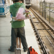 Couple hugging at train station - Stockfoto