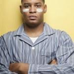 homme africain portant des pyjamas et des bandes blanches sur les joues — Photo