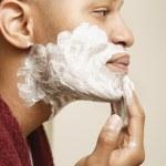 homme africain, appliquer la crème à raser pour faire face à — Photo