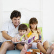 Hispanic father reading to children — Stock Photo