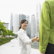 Two women shaking hands - Stockfoto