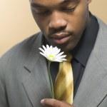 mannen i kostym hålla daisy — Stockfoto