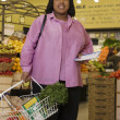 Womshopping in grocery store — Stock Photo #13237099