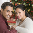 Hispanic couple sitting on sofa — Foto Stock