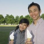 pareja joven con helado — Foto de Stock
