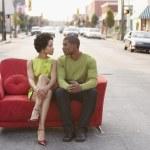 Ungt par sitter på en soffa utomhus — Stockfoto