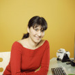 Businesswoman at desk — Stockfoto