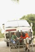 Moeder en dochter zit per vrachtwagen buitenshuis — Stockfoto