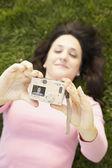 西班牙裔美国人考虑自己照片在草丛中的女人 — 图库照片