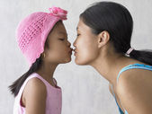 Stående mor och dotter — Stockfoto