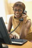Giovane imprenditrice parlando al telefono mentre si lavora — Foto Stock