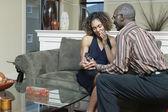 Mannen ger kvinnan ring — Stockfoto