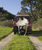 Couple reading a map on dirt trail — Stock Photo
