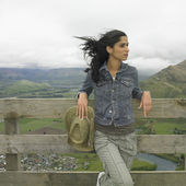 Hispanic woman leaning on fence — Stock Photo