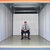 Empresario en espacio de almacenamiento vacío — Foto de Stock