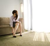 Mulher de negócios asiático colocando no sapato — Fotografia Stock