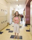 Jeune fille tenant le portable dans le couloir de l'école — Photo