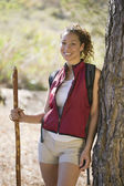 African American female hiker leaning on tree — Stock Photo