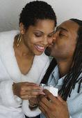 Hediye alışverişi ve öpüşme Afrikalı Çift — Stok fotoğraf