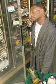 Američan afričana muž v županu v obchodě — Stock fotografie