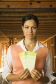 Boya renk örnekleri inşaat alanında tutan latin asıllı kadın — Stok fotoğraf