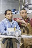 Två män i workshop — Stockfoto