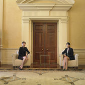 Two businesswomen sitting in waiting area — Stock Photo