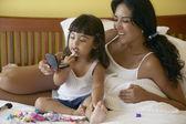 Mor och dotter tillämpa makeup — Stockfoto
