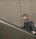 Homme avec un casque d'équitation escalator — Photo