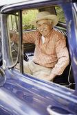 Portrait of elderly man sitting in old pickup truck — 图库照片