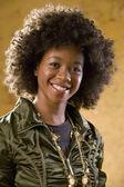 Portret van afrikaanse vrouw funky outfit dragen — Stockfoto