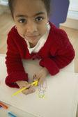 Vista de alto ángulo de niña africana de dibujo — Foto de Stock