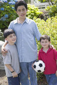 Retrato de hermanos con balón de fútbol — Foto de Stock