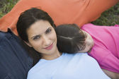Hispanic family laying in grass — Stockfoto