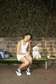 犬を持つ女性のテニス選手 — ストック写真