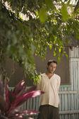 молодой человек стоял за здания — Стоковое фото