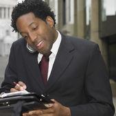 携帯電話の屋外を使用してアフリカの実業家 — ストック写真