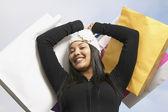 African american kobieta z torby na zakupy uśmiechający się — Zdjęcie stockowe