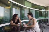 Zwei frauen trinken kaffee — Stockfoto