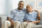 Portrait de père africain et de son fils sur le canapé — Photo
