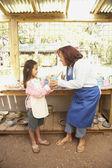 Mujer hispana y chica en taller de cerámica — Foto de Stock