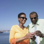 Senior afrikaanse paar camera kijken — Stockfoto