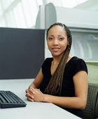 Young businesswoman posing at computer keyboard — Stock Photo
