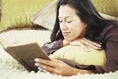 Kvinna läsa boken på sängen — Stockfoto